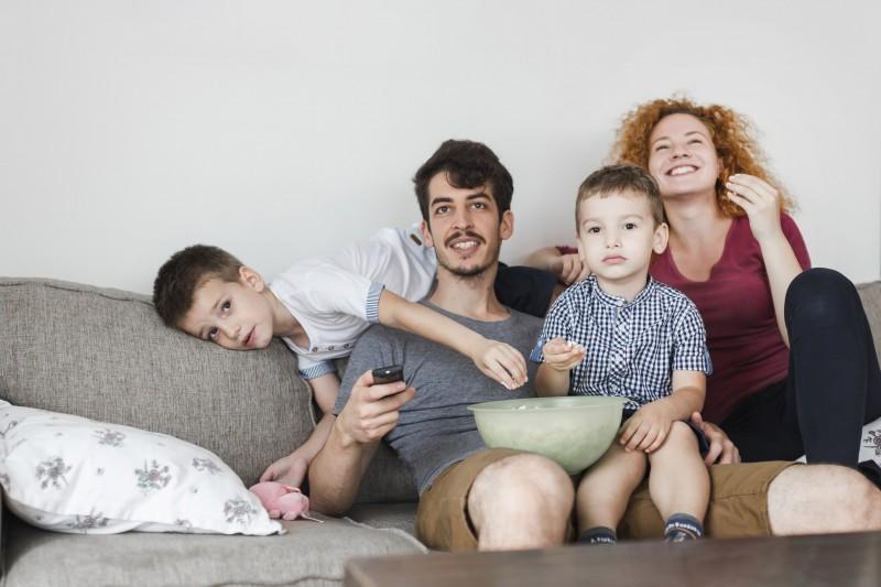 niños padres sofa tv ©Darko@UrbanStudio  - El tamaño no importa: los televisores más grandes no son necesariamente mejores