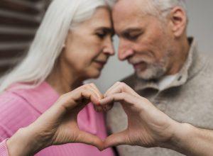 pareja ancianos corazon 300x220 - Revista Más Viajes