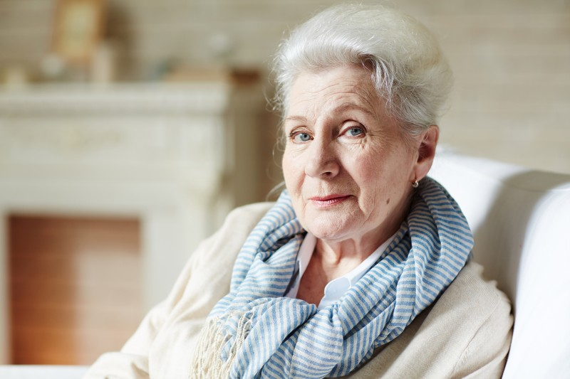 señora anciana bufanda pelo blanco - Abuelos en casa, qué hacer para no aburrirse
