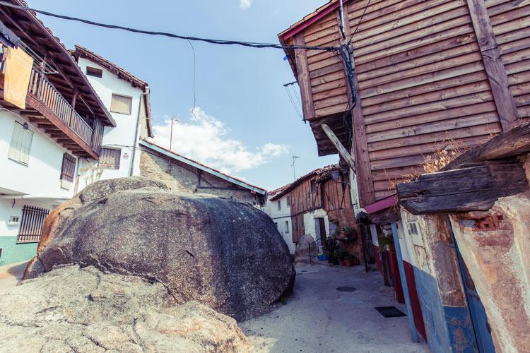 """Calle del Lancho en Villanueva. Adicover A2hde © Adicover - A{2h}de, una propuesta sostenible para convertir la """"España vaciada"""" en la """"España visitada"""""""