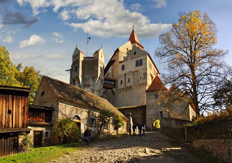 Castillo Pernštejn pueblo de Nedvědice en Moravia Meridional © Ladislav Renner - Cómo viajar a Chequia desde el sofá con libros y películas