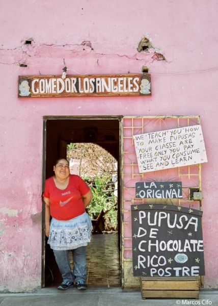 Comer Pupuseria El Salvador Centroamérica © Marcos Cifo - Centroamérica,  un lugar para sentirse vivo