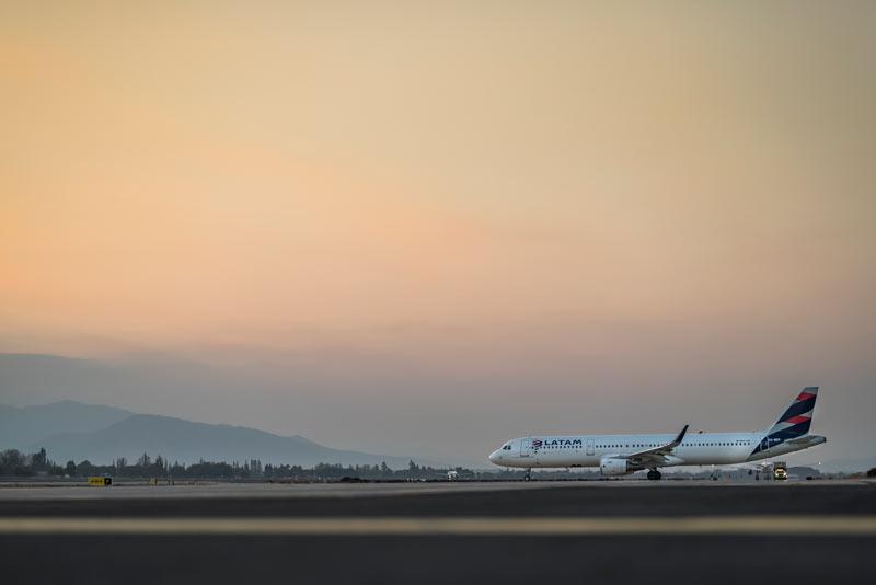 Latam avión en pista - LATAM ha repatriado a más de 10 mil pasajeros en 59 vuelos especiales