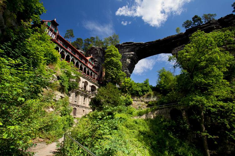 Puerta de Pravcice Sokolí hnízdo el Nido de Halcón en el Parque Natural Suiza de Bohemia Republica Checa @Vaclav Sojka - Cómo viajar a Chequia desde el sofá con libros y películas