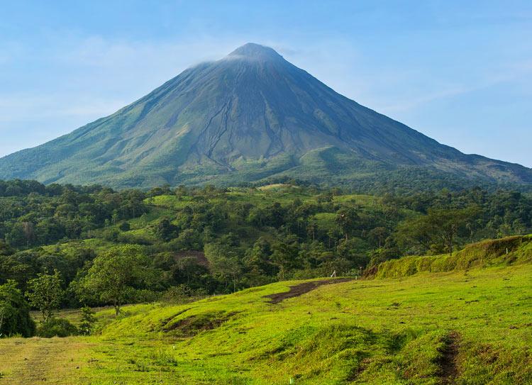 VolcanArenal CostaRica Centroamerica - Cinco películas y series con las que descubrir Centroamérica desde tu sofá