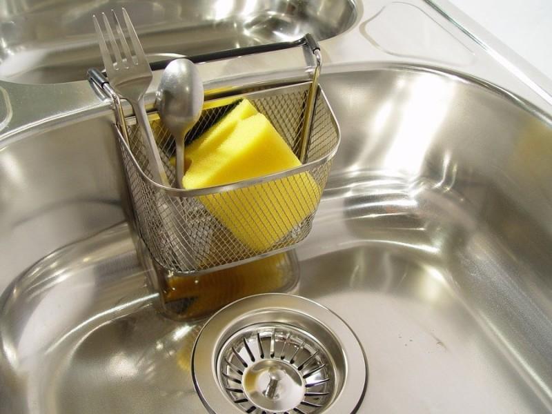 fregadero esponja fregar - 7 problemas de limpieza que puedes solucionar con sal