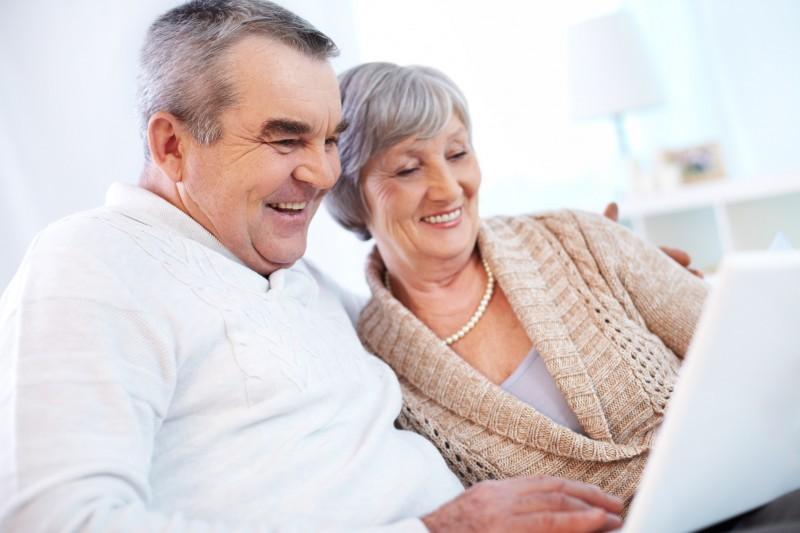 viejo vieja aprender laptop pareja - Abuelos en casa, qué hacer para no aburrirse