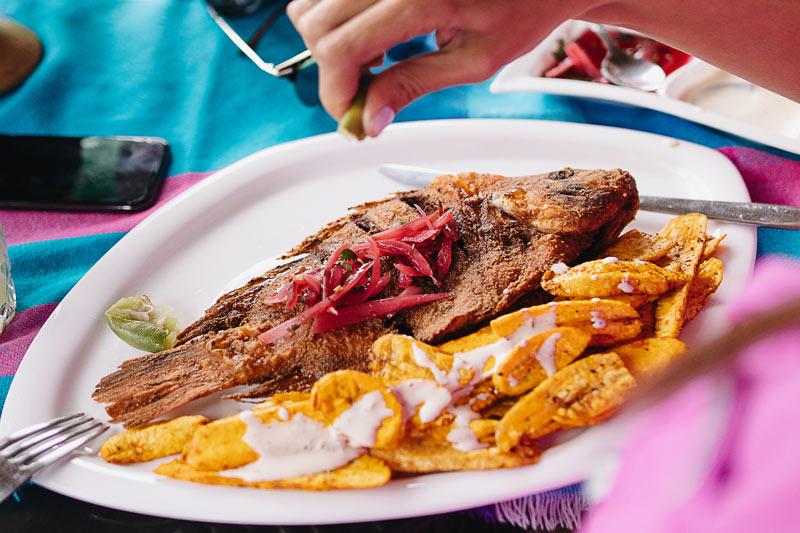 Plato de Pescado frito con tajadas de plátano verde y encurtido de Honduras recetas - 8 recetas para viajar con el paladar a Centroamérica