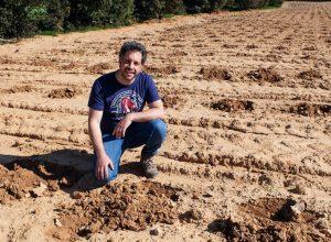 Fernando Ortiz en el nuevo viñedo de variedades en extinción. Bodega Territorio Luthier 300x220 - Revista Más Viajes
