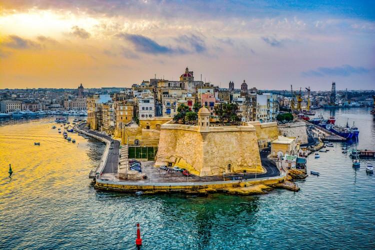 sea coast water ocean horizon malta.com  - Malta, entre templos terrenales y paraísos submarinos