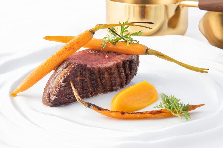 Magret de pato con reducción de Marqués de Vargas y zanahoria en texturas 2 Restaurante Éleonore - Éleonore, la propuesta gastronómica a los pies del mar Cantábrico