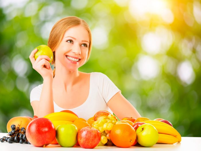 mujer frutas uvas manzana platano - 10 Beneficios de Comer Fruta a Diario que te Encantará Conocer