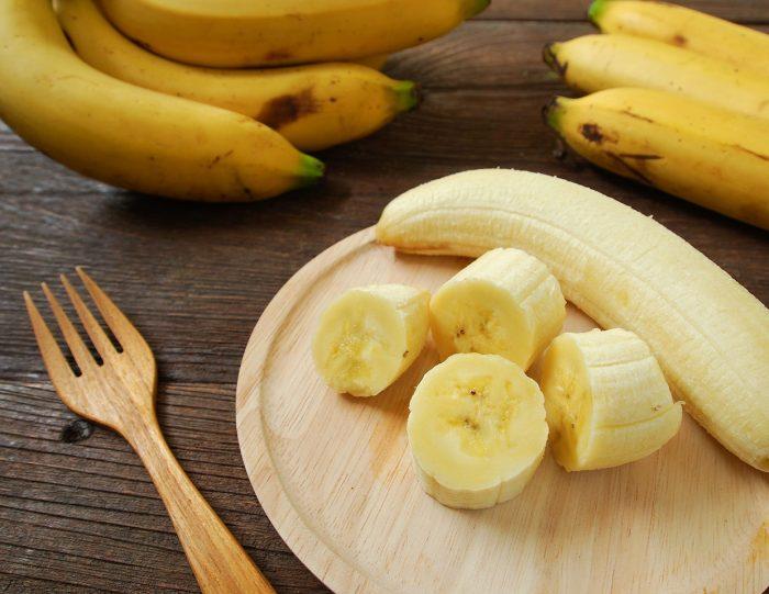 platano banana tenedor plato - 10 Beneficios de Comer Fruta a Diario que te Encantará Conocer