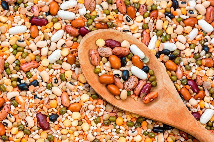 legumbres cuchara frijoles - Descubre por qué deberías incluir las legumbres en tu dieta