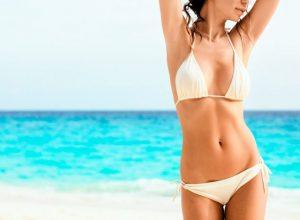 mujer playa bikini 300x220 - Revista Más Viajes