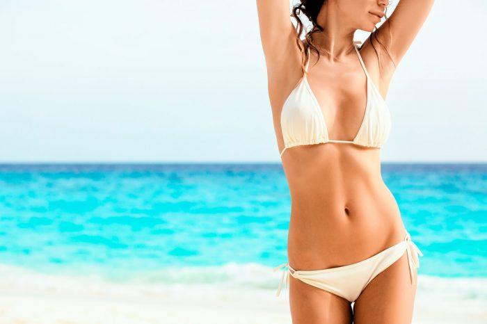 mujer playa bikini - 10 remedios caseros contra los Melanomas